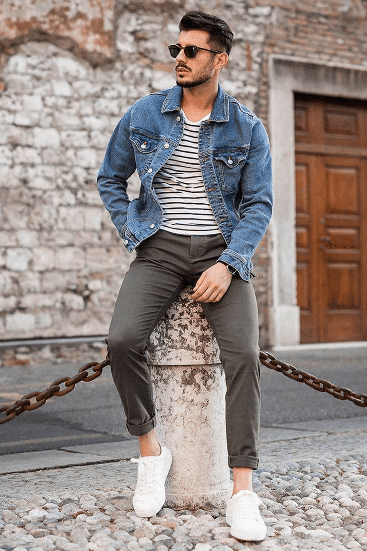 Casual Männer Outfit mit Chinohose, T-Shirt, Sneaker und Jeansjacke.