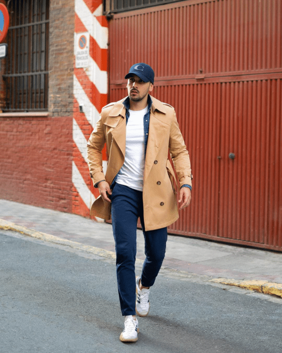 Casual Chic Männer Outfit mit Chinohose, T-Shirt, Jeanshemd, Trenchcoat und Sportschuhen
