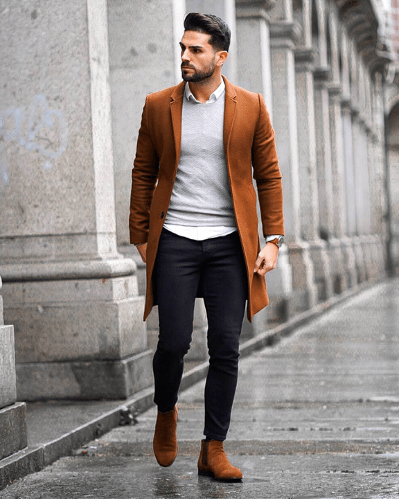 Smart Casual Männer Outfit mit Jeanshose, Hemd, Pullover, Wollmantel und Chelsea Boots.