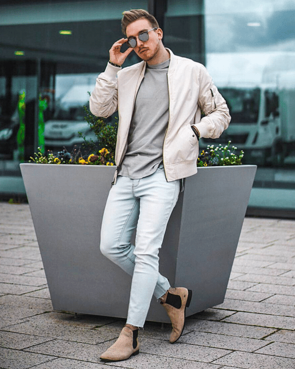 Casual Look Outfit für Männer Jeanshose, T-Shirt, Bomberjacke und Chelsea Boots.